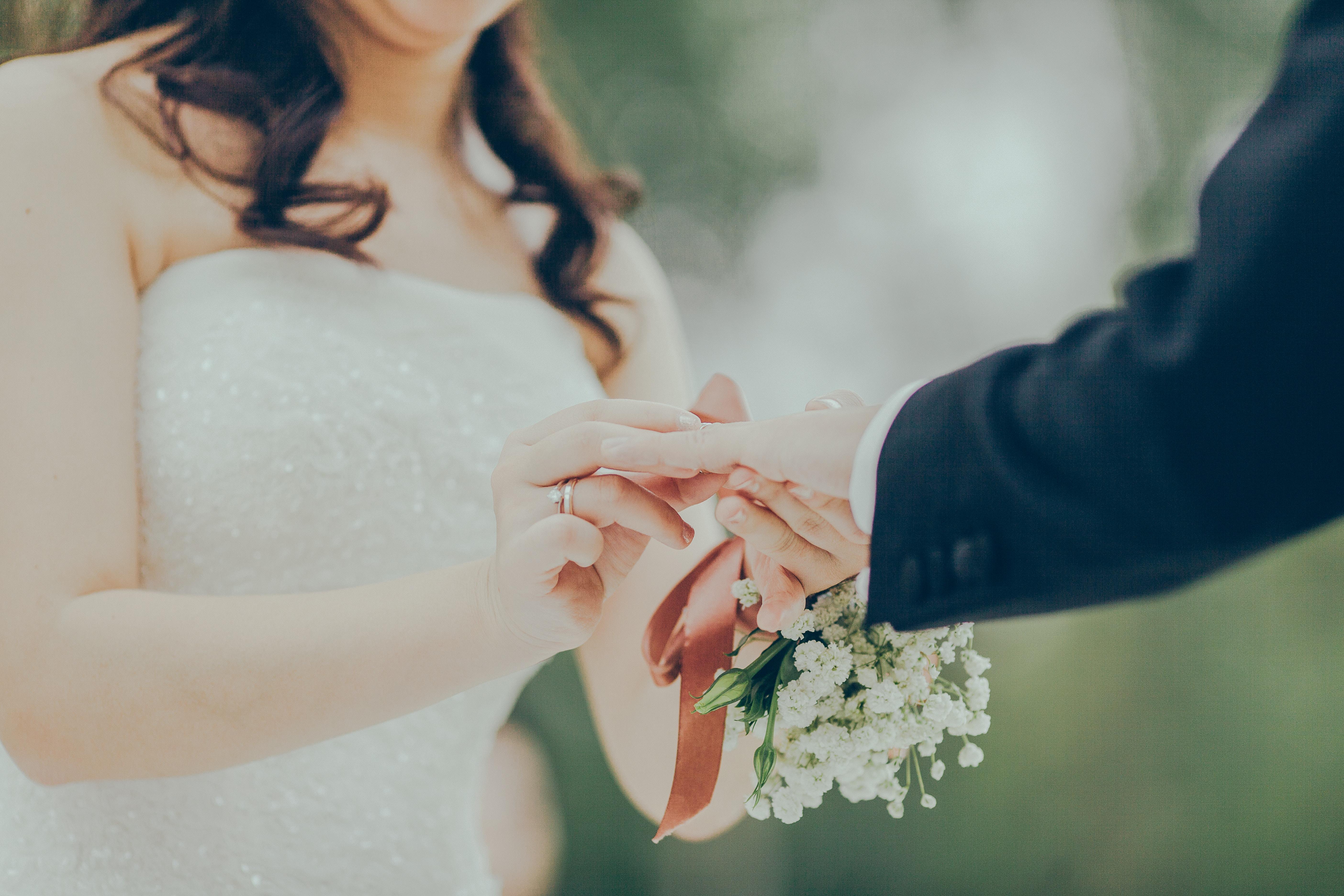Brudpar som håller varandra i handen