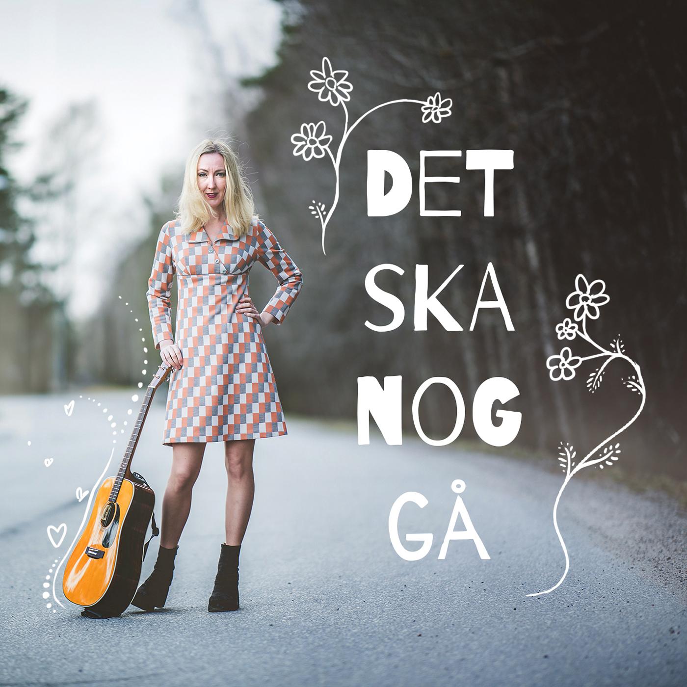 Det ska nog gå Kajsa Larsson. Kajsa står mitt på en gata och håller en gitarr som står på marken. Texten Det ska nog gå, står skriven på bilden och har ritade blommor runtomkring.